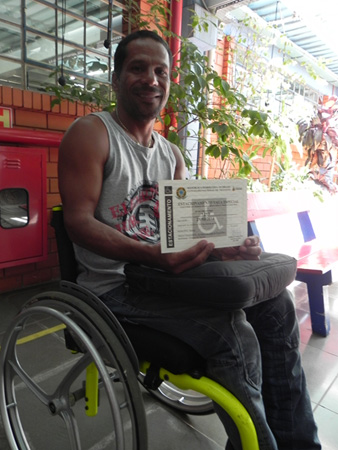 Cadeirante Antonio com a credencial de estacionamento