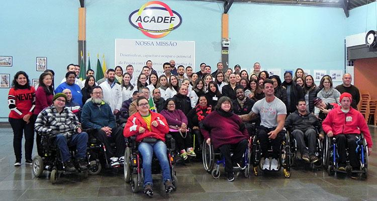 imagem com membros da acadef e também Fernando Fernandes atleta paraolímpico.